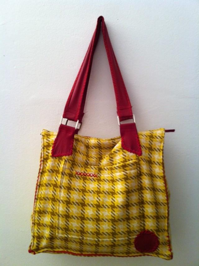 PACHANGA Borsa artigianale fatta a mano in lana spessa e pelle. Due ampie tasche una all'esterno e l'altra all'interno. Chiusura Lampo.