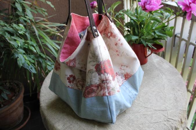 borsa di stoffa fatta con jeans riciclati e lino.