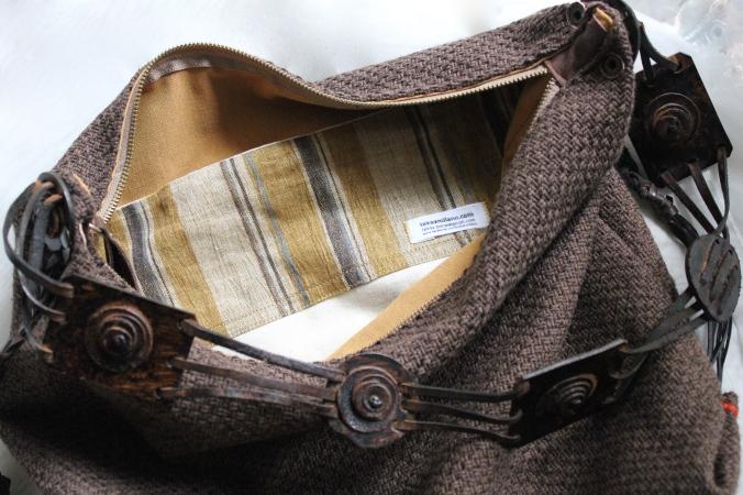 Foderata in cotone senape e lino, con ampia tasca interna
